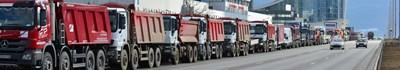 """В сряда сутринта около 1000 тежки машини заеха около 10 км от столичния булевард """"Цариградско шосе"""" на изхода от София. Строителите ги изкараха в знак на мирен протест в защита на бранша. СНИМКА: Йордан Симeонов"""