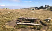 Кой малоумник реши, че трябва да се направи дървена сцена и пейки за 6000 лв. на Черни връх