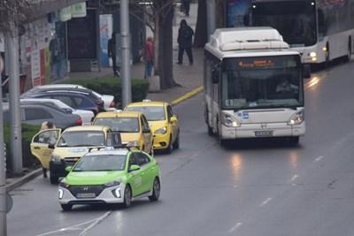 Таксиметровите шофьори вече се радват на всеки клиент. Снимки: Авторът
