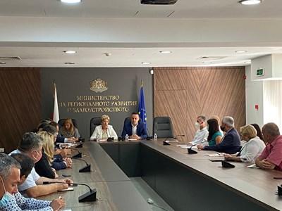 Комитова. се срещна с представители на местната власт и фирмите – извършващи текущ ремонт и поддръжка на републиканската пътна мрежа. Снимки МРРБ