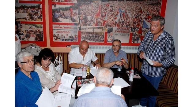 Завръщане в 2005 г.: Румен Овчаров и Румен Петков в атака срещу соцлидера