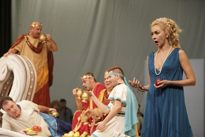 """Актрисата Антоанета Добрева-Нети излиза като Елена от """"Хубавата Елена"""" в петък, Димитровден, на сцената на Старозагорската опера. СНИМКА: Архив"""