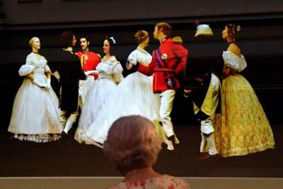 Британската кралица Елизабет II гледа на изложбата валс, танцуван на Кримския бал от 1856 г. Снимки: Ройтерс