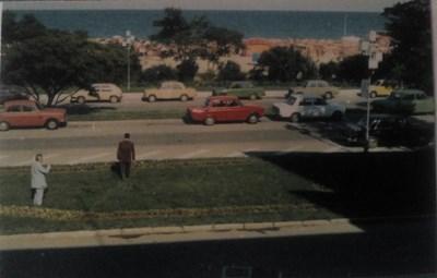 Полк. Сава Денев с мегафон в ръка върви към автомобила на похитителите.  Снимките са от личния му архив.