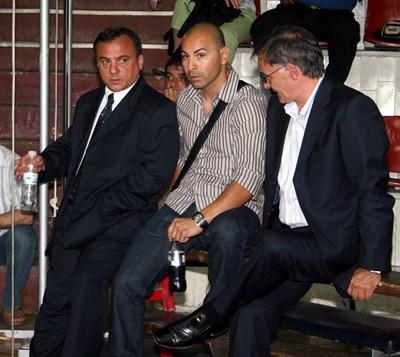 Антон Коджабашев (вляво) си говори с Гълъбин Боевски и Неделчо Колев на общо събрание срещу Андон Николов преди години.