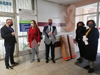 Бургаските депутати дариха апаратите за УМБАЛ. СНИМКА: 24 часа