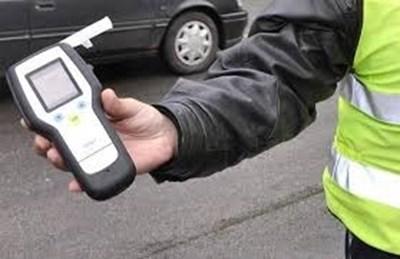 Пиян до козирката заби кола в дърво край Велико Търново