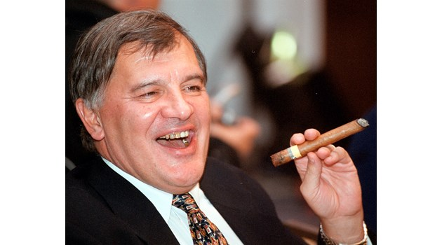 Режисьор намира пръстен на Иван Славков и му го пуска в уискито. Той: Глупак! Да си беше купил вила!