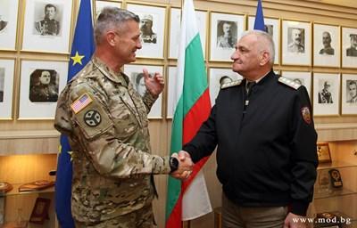 Генерал Андрей Боцев и генерал-майор Джефри Холмс СНИМКА: Министерство на отбраната