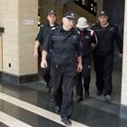 Полицаи водят Любо Гребеца в съда.