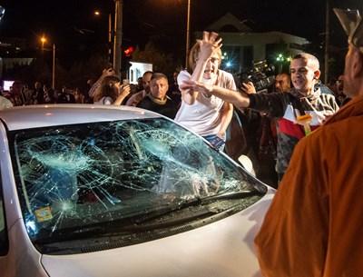 Елена Мицева спори разпалено с протестиращите, потрошили автомобила й. СНИМКА: Йордан Симeонов