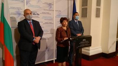 Председателката на групата на ГЕРБ Десислава Атанасова заедно с депутатите Маноил Манев (вляво) и Христо Гаджев СНИМКА: Митьо Маринов