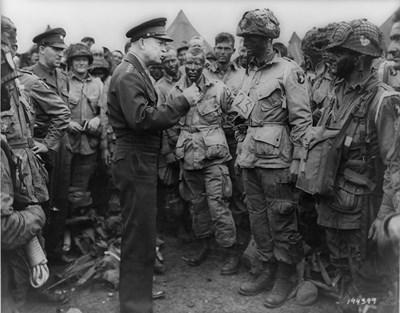 Ген. Дуайт Айзенхауер разговаря с парашутисти ден преди десанта в Нормандия на 6 юни 1944 г. Той е последният генерал, служил като президент на САЩ.