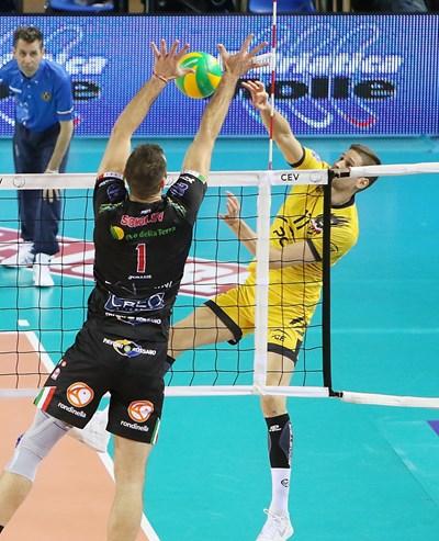 Николай Пенчев успява да надхитри съотборника си в националния Цветан Соколов с технично отиграване в атака.