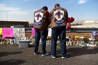 Рокери се прекланят пред паметта на жертвите в Тексас. СНИМКА: РОЙТЕРС