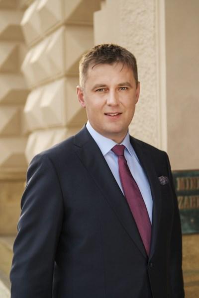 Томаш Петржичек е роден на 27 септември 1981 г. Завършва международни отношения в Карловия университет, Прага. През май 2017 г. става заместник министър на труда и социалната политика, а от август 2018 г. е зам.-външен министър. От октомври 2018 г. е министър на външните работи на Чехия във второто правителство на Андрей Бабиш.