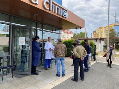 Служители и работници по хотели и ресторанти в Слънчев бряг чакат на опашка за ваксина.