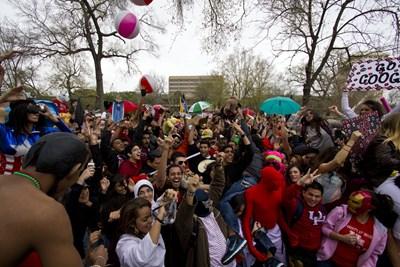 Студенти от университет в щата Кънектикът в САЩ си направиха видео с новия танц, след като се събраха в парк по призив в интернет. СНИМКА: РОЙТЕРС