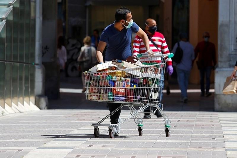 """Част от предизвикателството на пазаруването по време на пандемията е да се """"обезвредят"""" опаковките, по които теоретично би могло да има вируси от пръски или от ръцете на хора, които са зарАзени."""