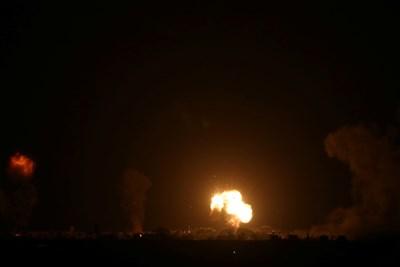 Израелската армия бомбардира тази сутрин обекти в ивицата Газа в отговор на ракетния обстрел от този анклав срещу Израел СНИМКИ: Ройтерс
