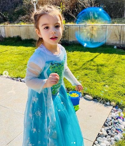 Кати на рождения си ден, облечена като принцеса СНИМКА: Инстаграм на Александър Кадиев