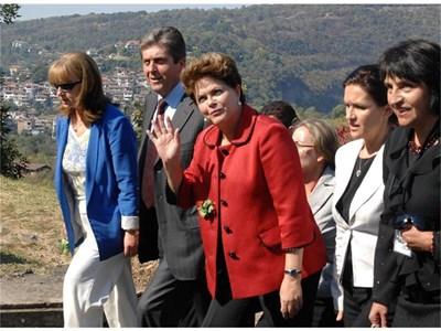 Българският президент Георги Първанов и съпругата му Зорка развеждат Дилма Русеф из Велико Търново.