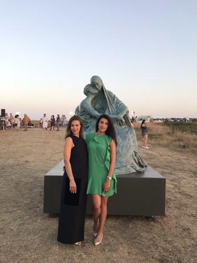 Авторката Ода Жон с организаторката на пътуването на оригиналната скултура Христина Бобоково (вдясно) СНИМКА: Архив