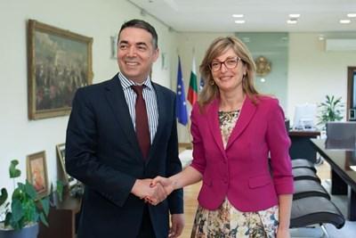 Министърът на външните работи Екатерина Захариева и македонският и? колега Никола Димитров се срещнаха и на четири очи.