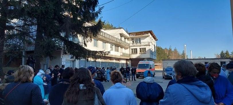 Колеги на д-р Спас Радев почетоха паметта му пред болницата в Разлог.