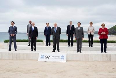 Лидерите на Г-7 се снимаха на плажа в Корнуол преди 2 дни. СНИМКА: РОЙТЕРС