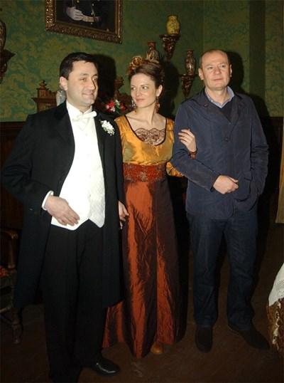 Теодора Духовникова с продуцента Евтим Милошев в къщата на семейството от сериала.  СНИМКИ: ГЕРГАНА ВУТОВА