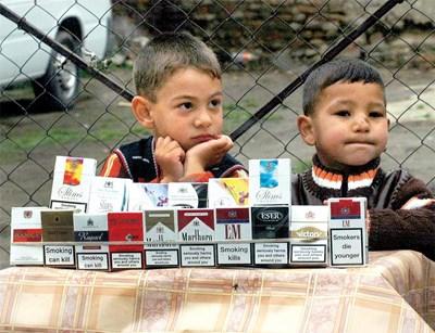 В процъфтяващата през годината незаконна търговия с цигари без бандерол в Столипиново активно участваха и деца. СНИМКА: Атанас Кънев