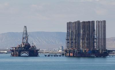Нефтена платформа в Каспийско море. Цените на петрола се задържаха близо до 68 долара за барел - най-високото ниво от началото на годината. СНИМКА: РОЙТЕРС