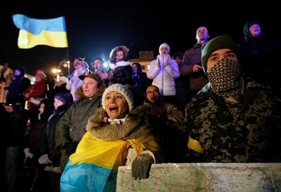 Протестиращите в центъра на Киев СНИМКИ: Ройтерс