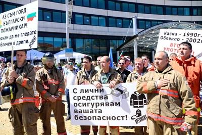 Национален протест на полицаи и пожарникари през юли 2017 г. пред Народното събрание за лошите условия на труд СНИМКА: Деси Кулелиева