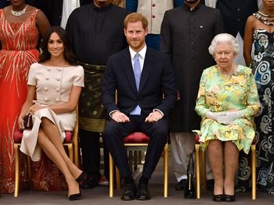 Кралицата с Хари и Меган в Бъкингам на раздаване на награди на млади лидери през 2018 г. СНИМКИ: РОЙТЕРС