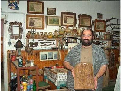 Дърворезбарят Чавдар Антов показва икона, която плаче. Вляво е магическото яйце. СНИМКИ: АВТОРЪТ