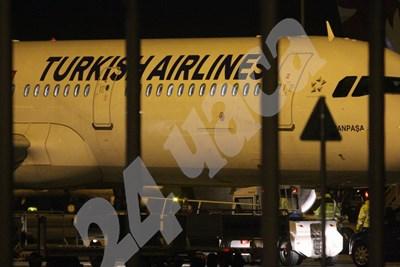 Самолетът кацна в 20:50 часа на летище София СНИМКИ: Благой Кирилов СНИМКА: 24 часа