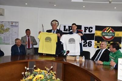 Областният управител на Пловдив Здравко Димитров и кметът Иван Тотев позират с фланелките, с които играчите ще излязат на терена. СНИМКА: Радко Паунов
