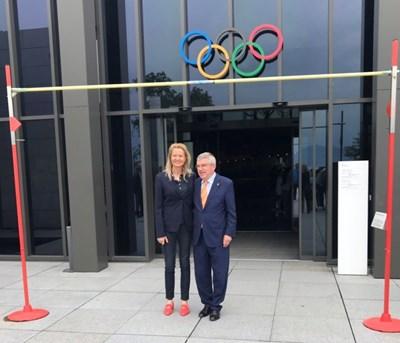 Стефка Костадинова и Томас Бах се снимаха днес пред входа  на олимпийски музей в Лозана под летвата, маркираща световния рекорд 209  см в скока на височина, който все още е притежание на българката.