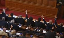 """В парламента гласуват промените в кабинета, БСП скандира """"оставка"""" (На живо)"""