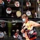 Жена минава покрай магазин за маски във Виена.
