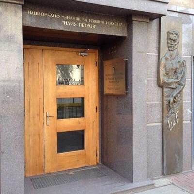 Съдят рецидивист, откраднал бронзов релеф за 45 хил. лв. от фасада на училище