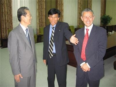 Председателят на Върховното народно събрание на Северна Корея Че Те Бок (вляво) след срещата със Соломон Паси.  СНИМКИ: ГЕОРГИ МИЛКОВ