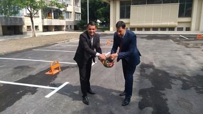 Иван Тотев и Георги Стаменов откриха новия паркинг, голяма част от който е със скоби за платени места. Снимки: Авторът