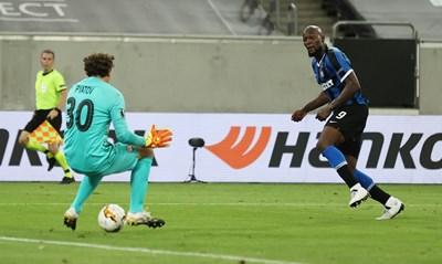 """Ромелу Лукаку мушва петия гол за """"Интер"""" между краката на вратаря на """"Шахтьор"""" Андрий Пятов."""