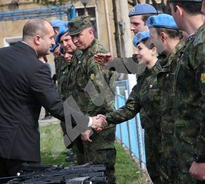 """Президентът се ръкува с командосите от бригада """"Специални сили"""". СНИМКИ: Евгени Цветков СНИМКА: 24 часа"""