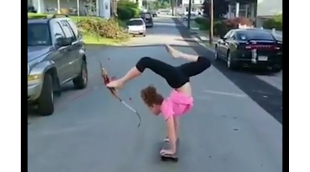 Жена кара скейтборд с ръце