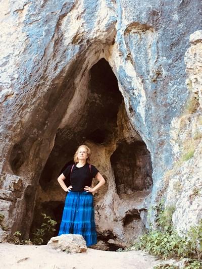 Лиляна Петрова от Плевен се снима пред най-известната пещера в карстовия район край с. Карлуково, в ловешката община Луковит.