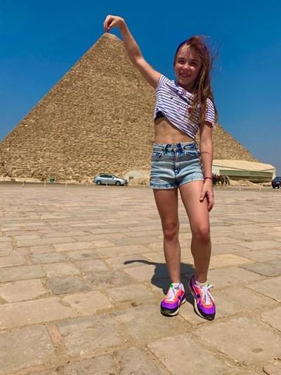 """Стилияна Николова - """"уловила"""" върха на пирамидата."""